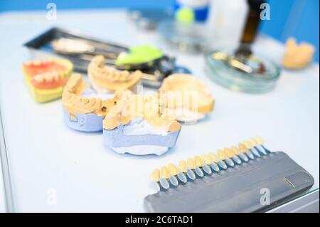 Diferentes equipos dentales profesionales, instrumentos y herramientas en una clínica de oficina de estomatología de dentistas sobre fondo blanco. Silicona fundida de la mandíbula