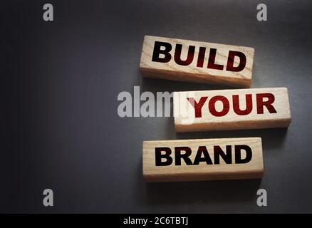 Construir yor palabras de Marca en bloques de madera concepto de marketing