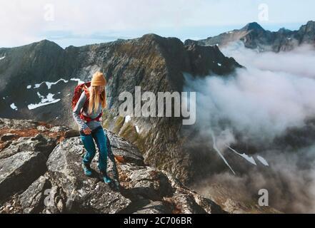 Senderismo aventuras mujer camino correr en las montañas con mochila solo viaje al aire libre verano viaje de vacaciones en Noruega estilo de vida saludable concepto