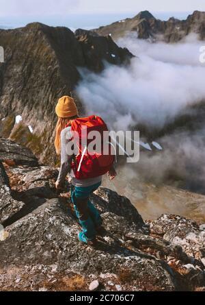 Senderismo expedición mujer backpacking en montañas solo viaje aventura estilo de vida saludable verano actividad vacaciones al aire libre extremo hobby viaje en Norw