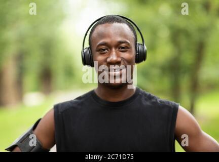 Primer retrato de un deportista afroamericano sonriente