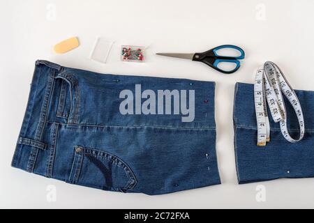 Azul Pantalones Vaqueros Rasgados Closeup Sobre Fondo Blanco Textura De Denim Fotografia De Stock Alamy