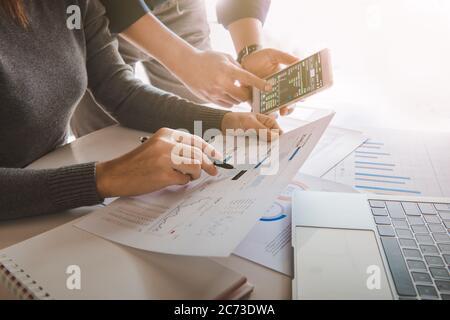 Equipo de negocio analizando datos de ventas y gráfico de crecimiento económico en la mesa de la oficina con portátil y teléfono inteligente, lluvia de ideas, estrategia de negocio y p