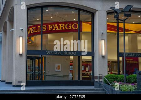 NUEVA YORK, NY - JULIO 13: Una sucursal de Wells Fargo Bank se ve el 13 de julio de 2020 en la ciudad de Nueva York.