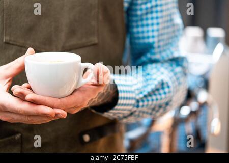 Primer plano de Man Barista con café fresco oscuro. Desayuno perfecto. Concepto de estancia en casa. Preparando café por Amateur en la cocina casera