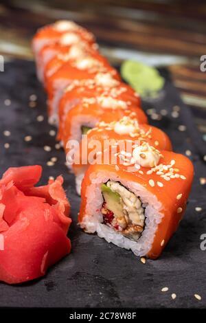 Sushi, panecillos de pollo. Cocina nacional japonesa, comida mediterránea. Pescado crudo.