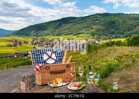 Francia ALSACIA picnic de vino blanco y queso Gewürztraminer En los viñedos por encima del pueblo histórico medieval de Riquewihr Alsacia Francia