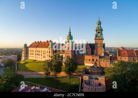 Histórico real Wawel catedral y el castillo y en Cracovia, Polonia. Vista aérea en la luz del amanecer temprano en la mañana en verano