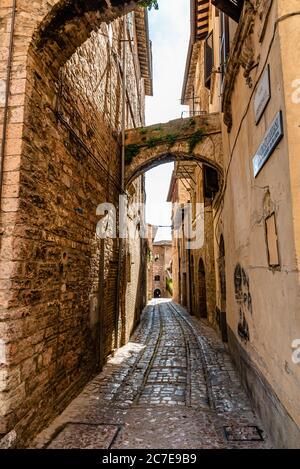 Spello conserva los signos de su larga historia: Romana, lombarda, de papas y señores. Hay numerosos restos de la época romana cuando Spello, o más bien