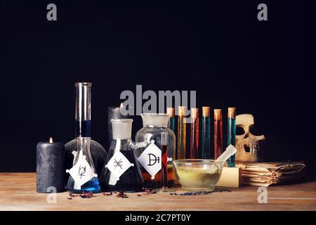 Diferentes pociones en la mesa de alquimista