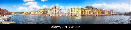 Paisaje urbano panorámico de la ciudad de Bosa en el río Teo. Terraplén de río con casas típicas italianas coloridas. Ubicación: Ciudad de Bosa, Provincia de Oristano, ITA