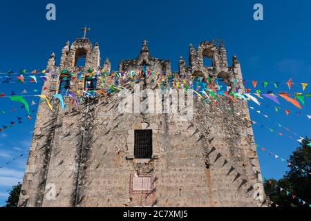 La Iglesia colonial de San Pedro el Apóstol fue construida bajo la dirección de los frailes franciscanos en Chapab de las Flores en Yucatán, México.