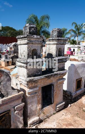 Coloridas lápidas en un cementerio en Cacalchen, Yucatán, México.