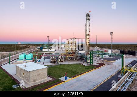 Vista elevada de la planta de refinería de petróleo desde el interior de las instalaciones al amanecer. Argentina.
