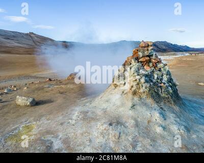 Punto geotérmico conocido por sus burbujeantes piscinas de barro y fumarolas de vapor que emiten gas sulfúrico; Skutustadahreppur, Northeastern Region, Islandia Foto de stock