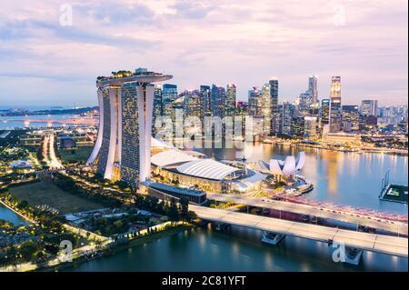 Vista desde arriba, impresionantes vistas aéreas del horizonte de Singapur durante una hermosa puesta de sol con el distrito financiero en la distancia. Singapur.