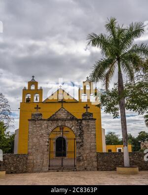 La Iglesia colonial de San Pedro el Apóstol fue construida en el siglo XVII por los Franciscanos en Cholul, Yucatán, México.