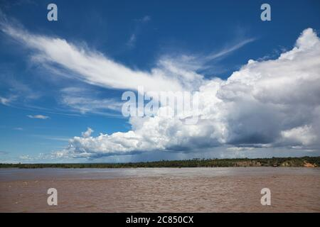 Nubes de cúmulos blancos en un cielo azul profundo sobre el río Amazonas en Macapa, estado de Amapa, Brasil