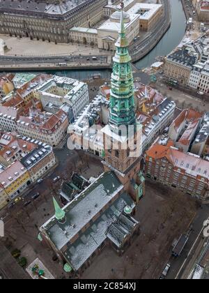 Copenhague, Dinamarca - Diciembre 24 2018: Una fotografía aérea del Centro de Arte Contemporáneo Nikolaj Kunsthal, ubicado en la antigua iglesia de San Nicolás