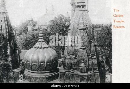 El templo Shri Kashi Vishwanath (Templo de Oro) dedicado a Lord Shiva, Varanasi (Benares), Uttar Pradesh, India. El Templo se encuentra en la orilla occidental del río santo Ganga, y es uno de los doce Jyotillingas, el más sagrado de los templos de Shiva Fecha: 1908