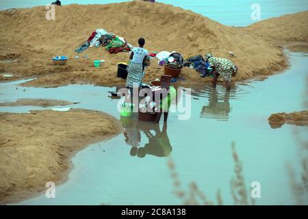 Los lugareños se enceran la ropa en un río. Región de Mopti, Malí, África Occidental. Foto de stock