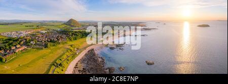 Reino Unido, Escocia, Berwick del Norte, panorama aéreo de la ciudad costera al atardecer del verano