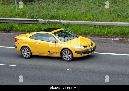 2008 amarillo Renault Megane Dynamique DCI 106; vehículos móviles de tráfico, convertibles soft-top, roadster con techo descubierto, cabriolets, drop-tops, vehículos de conducción en carreteras del Reino Unido, motores, motorización en la red de autopistas M6.