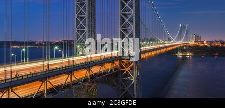 El puente George Washington (puente colgante de largo alcance) a través del río Hudson por la noche. Alto Manhattan, Nueva York, EE.UU. Foto de stock