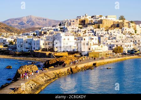 Puesta de sol sobre la antigua chora de Naxos, Grecia
