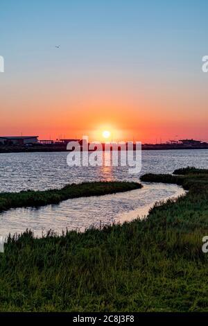 Puesta de sol sobre humedales y pantanos tomados en Bolsa Chica Wetland y Reserva Ecológica en Huntington Beach, California, EE.UU