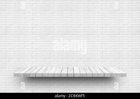 Estante blanco vacío de madera sobre la vieja textura de fondo de la pared de ladrillo blanco para los productos de exhibición.