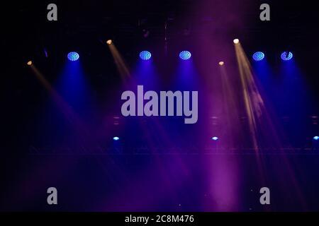 escena, luz de escenario con focos de colores y humo