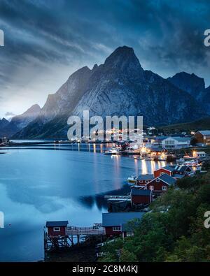Los días terminan en Reine, en la costa Moskenesoya de las Islas Lofoten, Noruega.