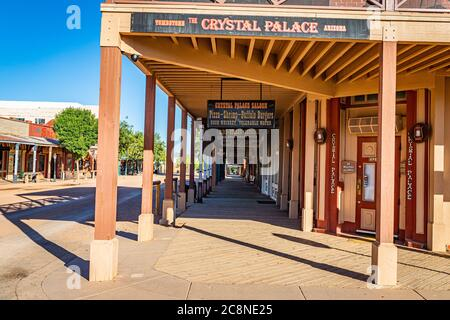 Tombstone, Arizona, EE.UU. - 2 de marzo de 2019: Vista de la mañana de la calle Allen en el famoso distrito histórico de Old West Town