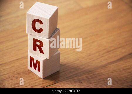 CRM, gestión de relaciones con el cliente sobre bloques de madera. Concepto de negocio
