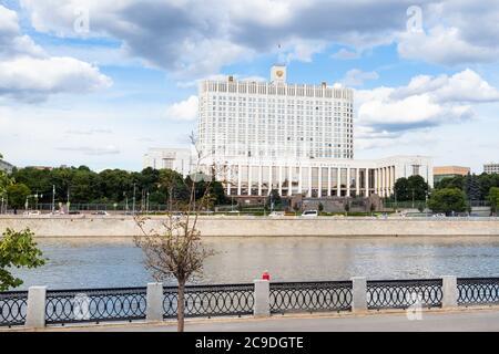 Vista de la Casa Blanca (Casa del Gobierno de la Federación Rusa) en el dique Krasnopresnenskaya durante el recorrido turístico de la ciudad en autobús de excursión Foto de stock