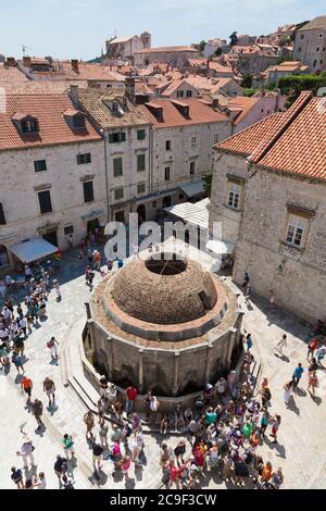 Dubrovnik, del condado de Dubrovnik-Neretva, en Croacia. La gran fuente de Onofrio. La ciudad vieja de Dubrovnik es un sitio del Patrimonio Mundial de la UNESCO.