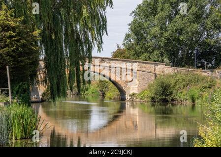 Tadpole Bridge, un antiguo cruce sobre el río Támesis, Oxfordshire, Reino Unido