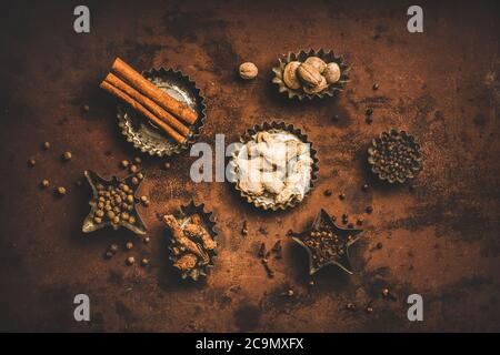 Piso-Lay de la especia turca Yedi Bahar mezcla sobre fondo oxidado