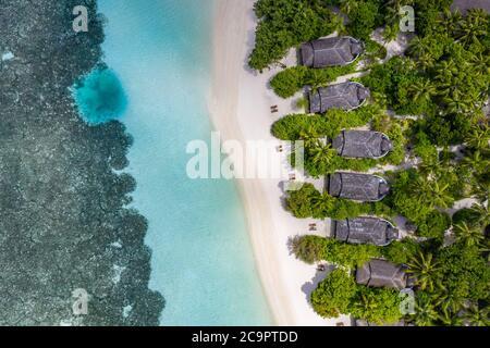 Vista aérea de la isla de Maldivas. Complejo tropical de lujo o hotel con villas de playa y hermosos paisajes de playa, arrecifes de coral y paisaje de arena blanca