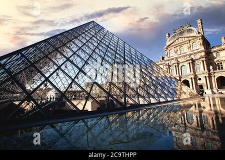 El patio central con la entrada piramidal y la piscina reflectante en el Museo del Louvre en París, Francia.