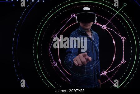 resumen hombre asiático apuntando al círculo digital con gafas virtuales en concepto tecnológico