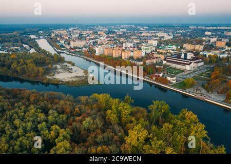 Pinsk, región de Brest de Bielorrusia, en la región de Polesia, en la confluencia del río Pina y el río Pripyat. Horizonte urbano de Pinsk en otoño