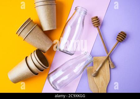 Clasificación de residuos domésticos para reciclaje. Concepto de conservación ambiental. Cero residuos, sin plástico. Tazas de papel artesanal. Herramientas de cocina de madera