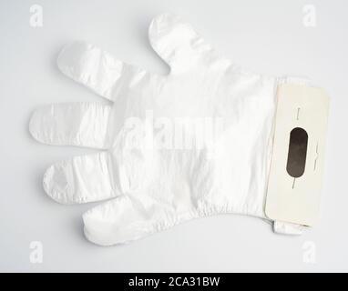 guantes desechables de polietileno sobre fondo blanco, vista superior, plano.