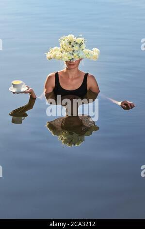 Mujer joven con sombrero de flores sirviendo una taza de café.