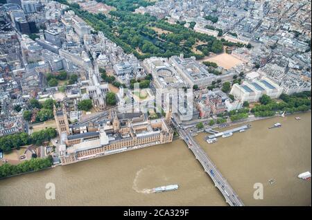 Vista aérea del Palacio de Westminster, la Abadía de Westminster, el puente de Westminster sobre el río Támesis y el parque St James desde una posición estratégica en Londres, Reino Unido.