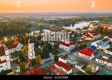 Pinsk, región de Brest, Bielorrusia. Horizonte urbano de Pinsk en la mañana de otoño. Vista de pájaro de la Catedral de Nombre de la Santísima Virgen María y..