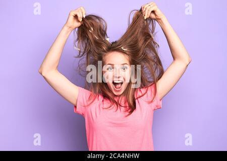 Vista de cintura arriba de excitado sorprendido bonita chica saltar feliz, no puedo creer en su suerte, feliz de ganar el primer premio en la competencia, la celebración de su desordenado hai