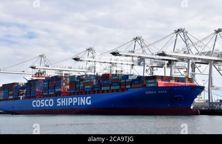 Pekín, EE.UU. 27 de febrero de 2019. Contenedores de China COSCO Shipping Corporation Limited se ven en el Puerto de Long Beach en el Condado de los Angeles, Estados Unidos, 27 de febrero de 2019. PARA IR CON XINHUA HEADLINES DE AGOSTO. 5, 2020 crédito: Li Ying/Xinhua/Alamy Live News Foto de stock